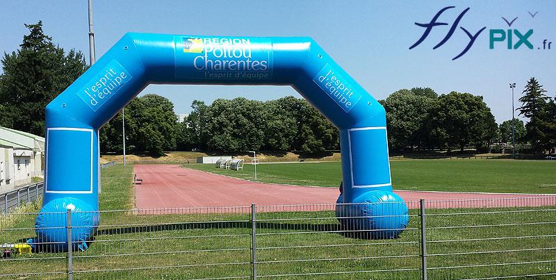 Arche gonflable publicitaire réalisée pour le Conseil Général du Poitou-Charentes dans le cadre d'une compétition sportive.