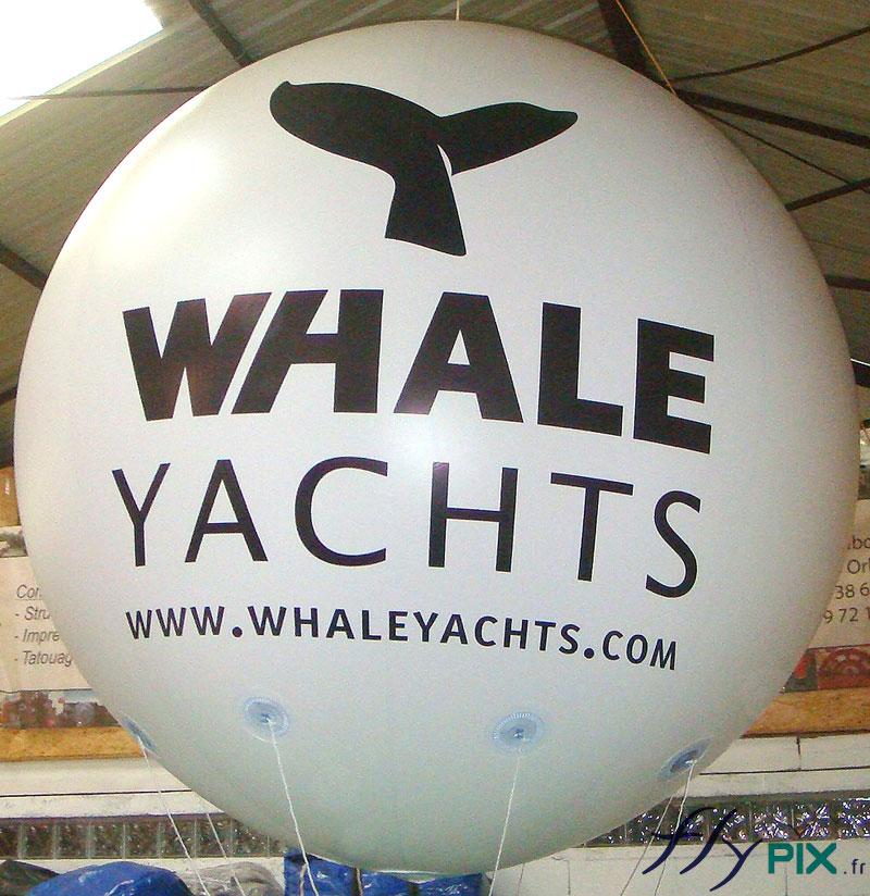 Exemple de ballon publicitaire de forme sphérique avec marquage en impression sur fond blanc.
