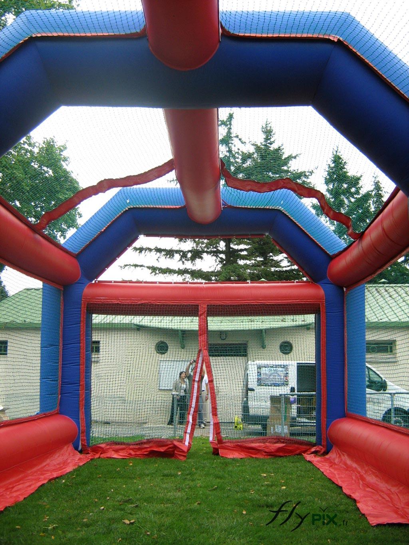 Structure gonflable entrainements de lancers de ballons au rugby - Jeux gonflable enfant ...