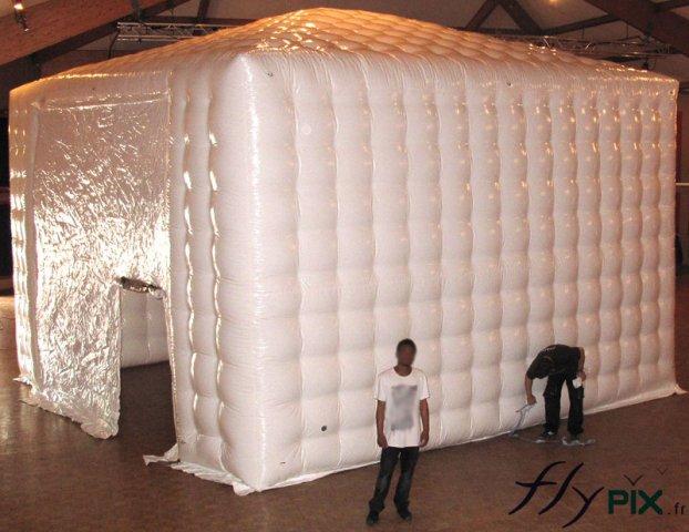 Hangar gonflable et tente gonflable de grande taille.