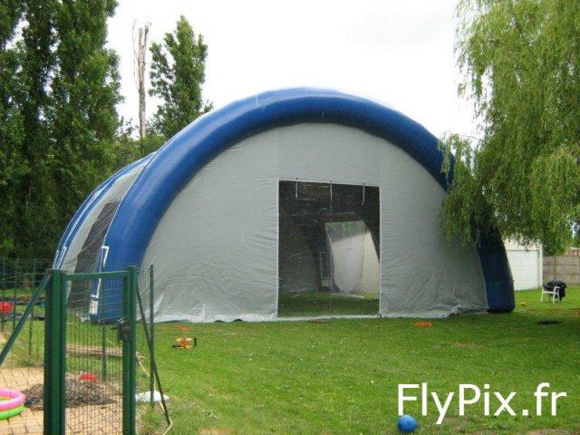 Tente ou abris gonflable de grande taille pour salons et expositions temporaires.