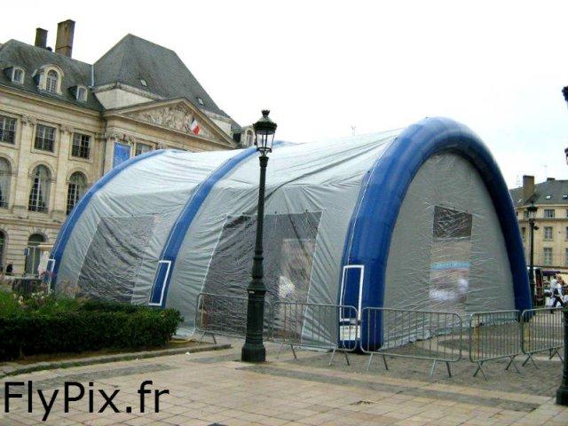 Tente gonflable pour une utilisation en extérieur.