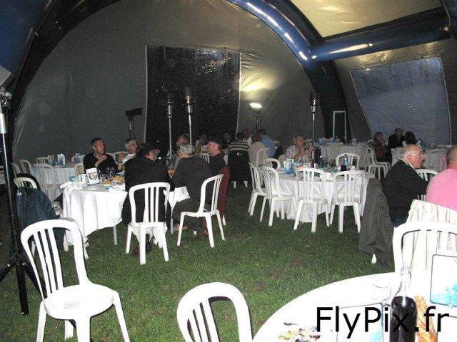 Tente gonflable pour accueillir des convives et des invités pendant un mariage, un meeting, ou un séminaire.
