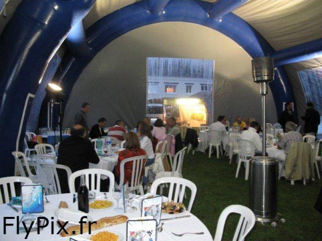 Les tentes gonflables de grands volumes ont une grande capacité d'accueil de visiteurs.