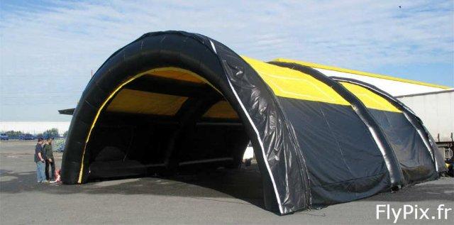 Tente hangar gonflable: pour faire office d'abri temporaire pendant une compétition sportive.