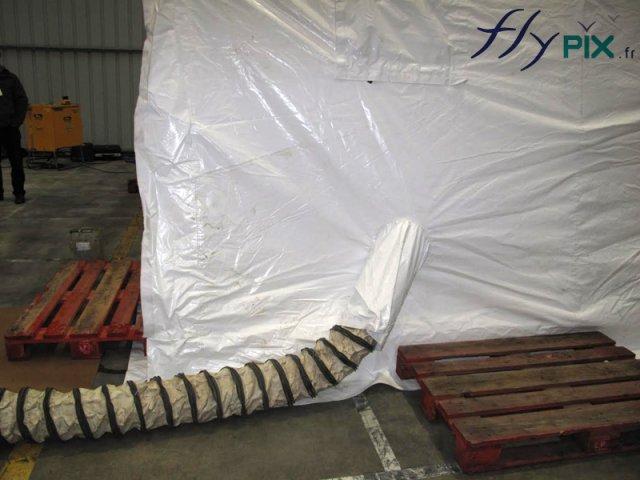 Tente gonflable industrielle: tuyau d'apport d'air pour le gonflage.