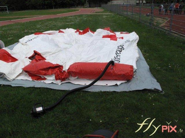 Gonflage de la tente PMA.