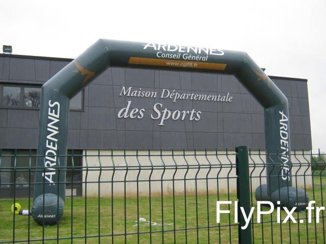 Arche gonflable publicitaire avec marquages personnalisés en totale impression numérique, réalisée pour le Conseil Général des Ardennes.