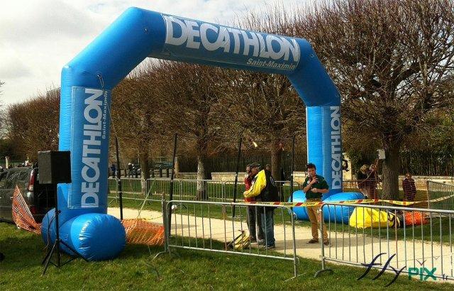 Arche publicitaire gonflable réalisée pour la société Decathlon, pour une course à pied.