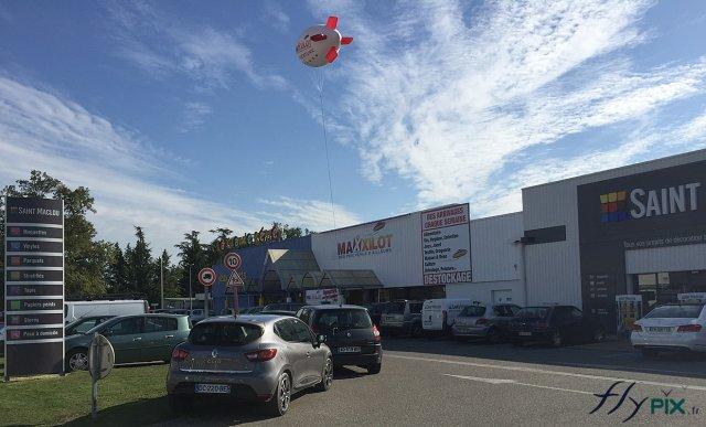 Zeppelin publicitaire survolant un commerce