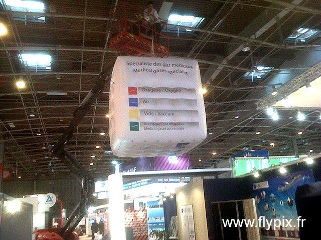 Exemple de ballon publicitaire sphérique avec marquage de logo en impression numérique couleur sur fond blanc.