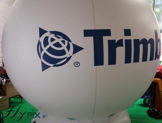 ballon-spherique-publicitaire-en-pvc-avec-marquage-impression-logo-couleur-sur-fond-blanc