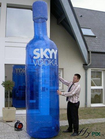 Structure gonflable publicitaire de grande taille en forme de bouteille de Vodka fabriquée pour un bar.