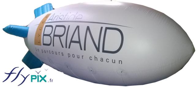 Ballon publicitaire zeppelin ou dirigeable avec impression d'un logo personnalisé.