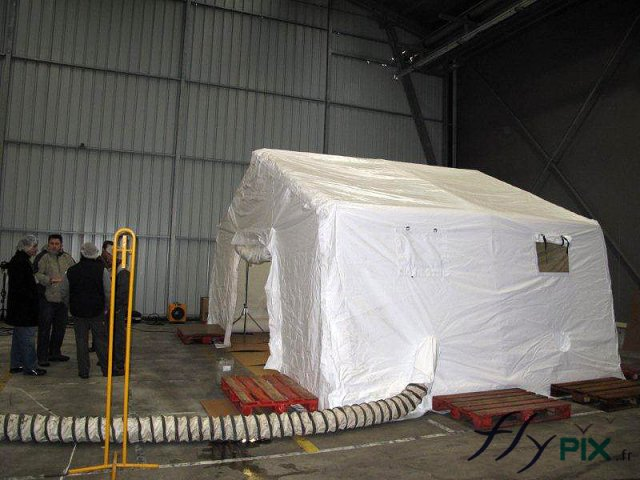 Tente cabine gonflable industrielle pour la pose et l'application de peinture en milieu fermé à l'abri du vent.