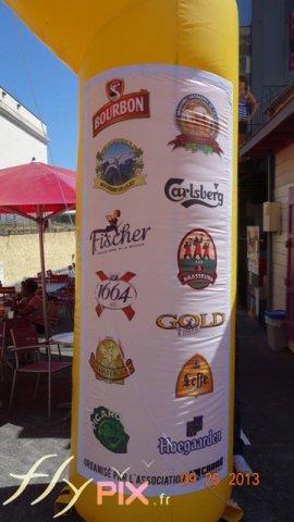 Logos des sponsors imprimés sur une arche publicitaire, sur des bâches PVC amovibles, en impression numérique couleur.