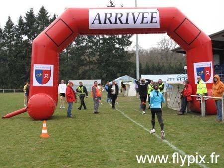 Arche gonflable publicitaire: arrivée d'un circuit de course à pied.