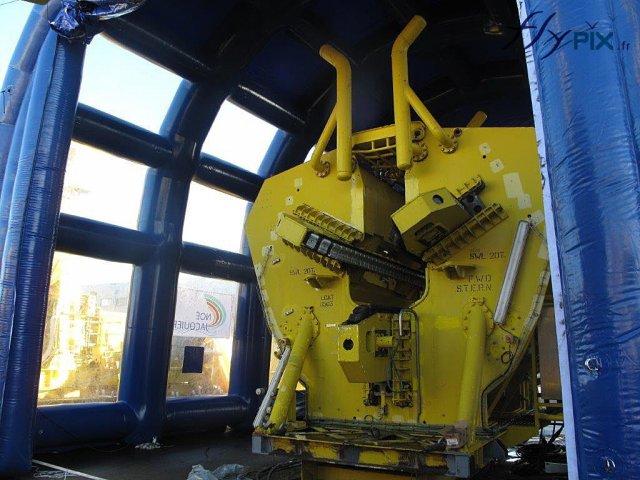 Machine industrielle dans un hangar gonflable de protection environnementale
