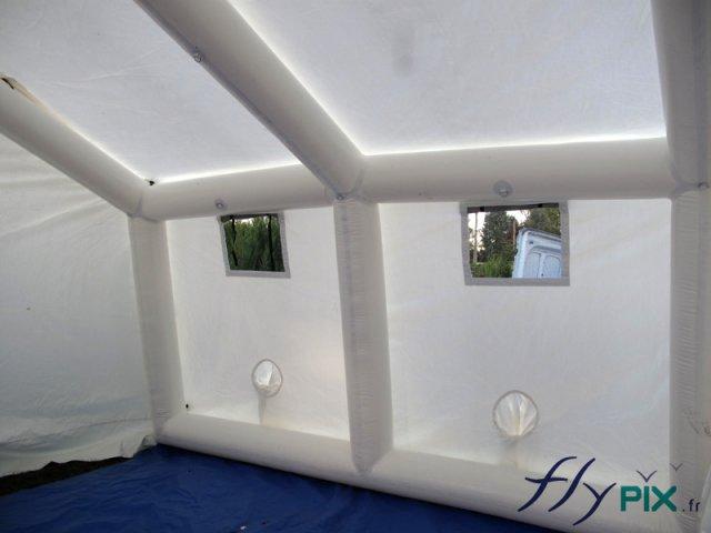 Intérieur d'une tente cabine gonflable industrielle.