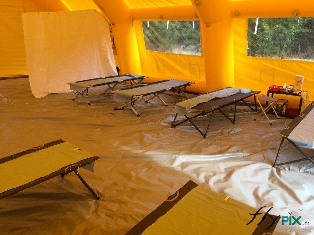 Intérieur d\'une tente Poste Médical Avancé