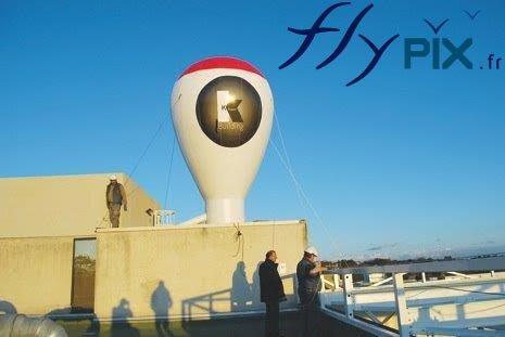 Montgolfière gonflable à demeure posée sur un toit