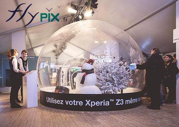 Structure gonflable en forme de boule de Noël.