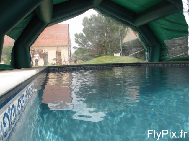 Vue intérieure d'une tente gonflable en PVC, abri de piscine.