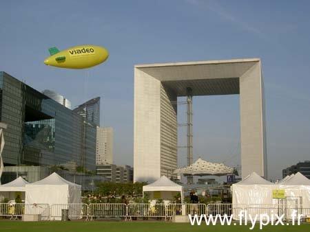 Ballon dirigeable publicitaire dėployė sur la Dėfense, à Paris