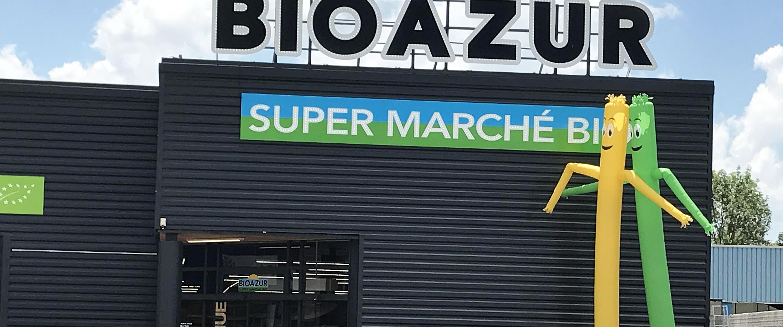 Fabrication de 2 skydancers personnalisés H = 6 m pour la promotion d'un nouveau magasin bio Bioazur à Rodez en région Occitanie.
