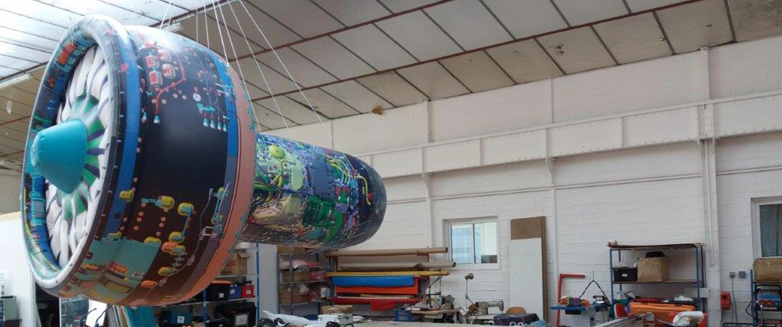 Fabrication d'un ballon personnalisé en forme de moteur d'avion.