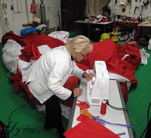 Couture pour la réparation d'enveloppes en toile de parachute.