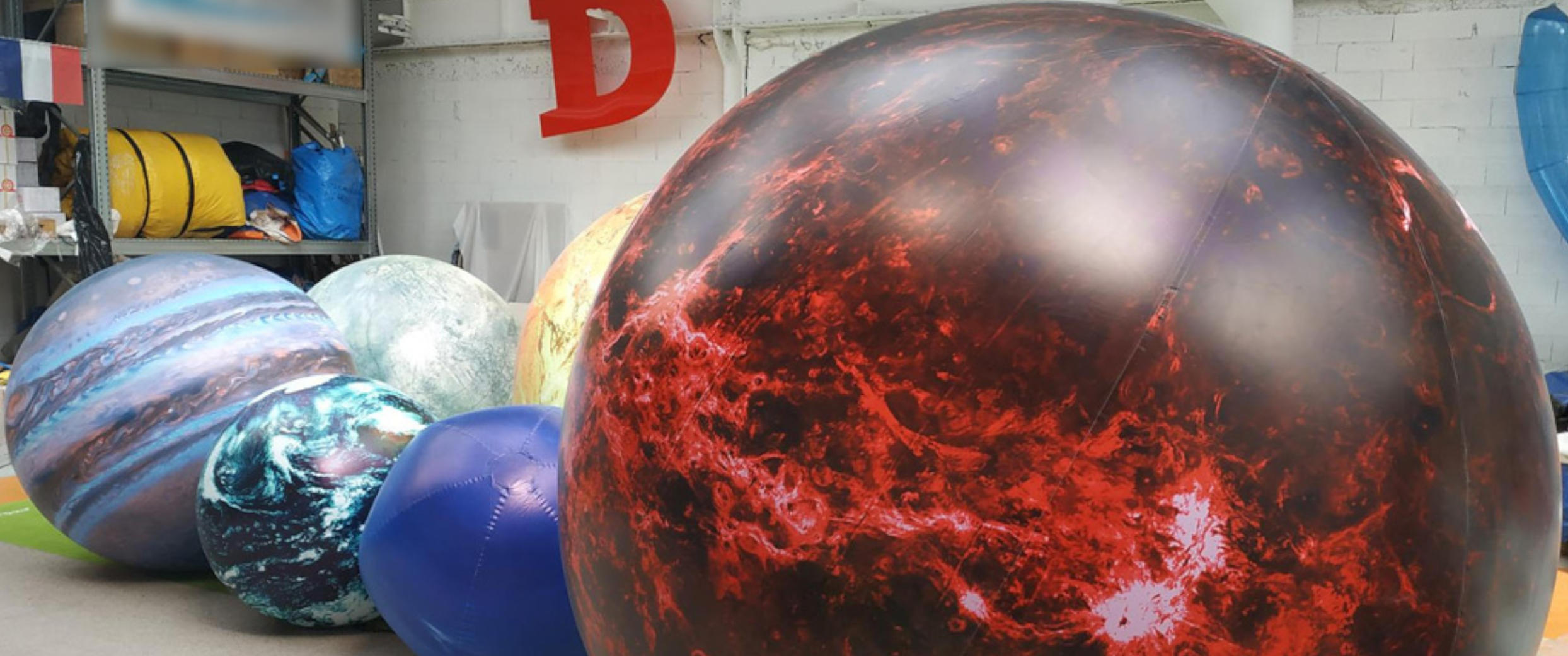 Des ballons: Mars, Terre, Lune, Vénus, Mercure, Soleil...
